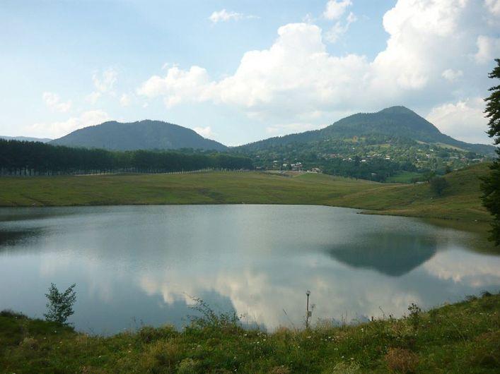 """Lacul Vintileasca, este cunoscut sub mai multe denumiri: """"Lacul Mare"""", """"Lacul de pe Plai"""" sau """"Lacul fără Fund"""". Ultimul nume este legat de o legendă locală, care povestește că în acest lac și-au pierdut viața în trecut, animale și oameni, tocmai datorită faptului că acesta nu are fund.-foto:Pantelimon Sorin"""