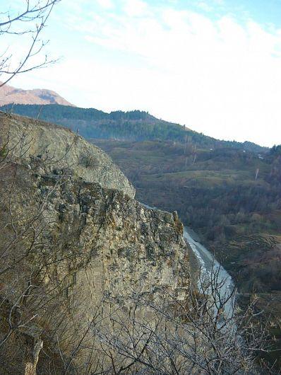 Formaţiuni similare celor de la Piatrele Mâţii pot fi întâlnite la cca. 3 km. în aval pe apa Râmnicului, în satul Jitia de Jos şi pe culmea Dealului Roşu (944 m).-Foto:Pantelimon Sorin
