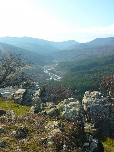 Ansamblul natural Piatrele Mâţii este situat pe partea stângă a DN 2R, care face legătura între comunele Jitia şi Vintileasca, la 1 km. de Mănăstirea Poiana Mărului şi 2 km. de satul Pleşi, unde se află alt obiectiv natural celebru – Masa lui Bucur (1145 m).-Foto:Pantelimon Sorin