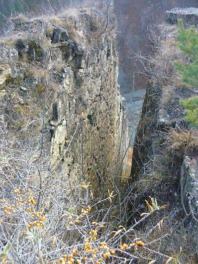 Cu toate că fundamentul zonei este format din dealuri subcarpatice tinere, mişcările orogenice au împins la suprafaţă straturile de calcar mult mai vechi, ce se regăsesc la zi în terasele Râmnicului, pe cursul său superior.-Foto:Pantelimon Sorin