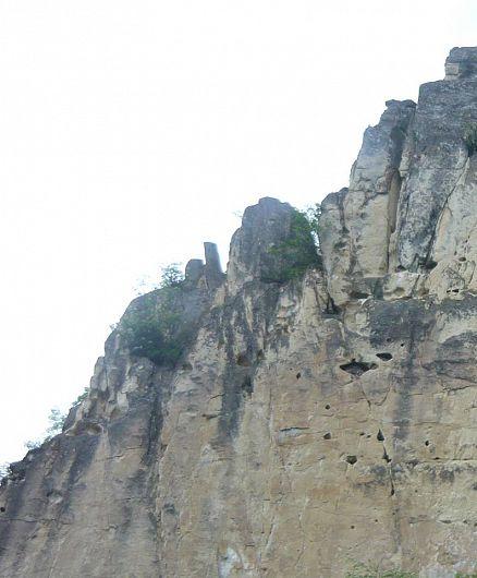 Zidurile de pe Valea Râmnicului se prelungesc de o parte şi de alta a râului pe kilometri întregi, ascunse din loc în loc sub pădurea seculară sau, ridicându-se întocmai ca zidul de apărare al unei cetăţi antice, miceniene.-Foto: Pantelimon Sorin