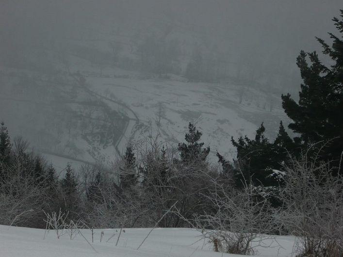 La poalele muntelui, sunt situate gospodăriile locuitorilor din satul Pleși, comuna Bisoca, județul Buzău.