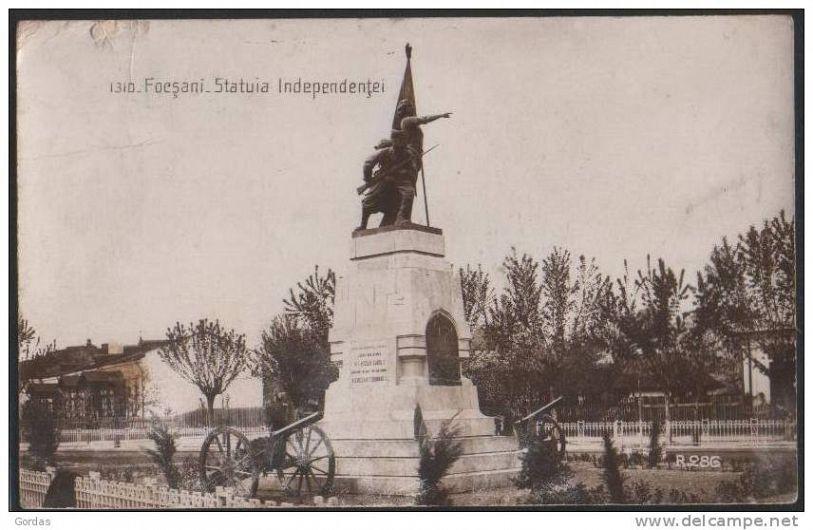 Focșani vechi.Palatul de justiție-statuia Indepedenței.Foto:Colectia PETRU MINCU
