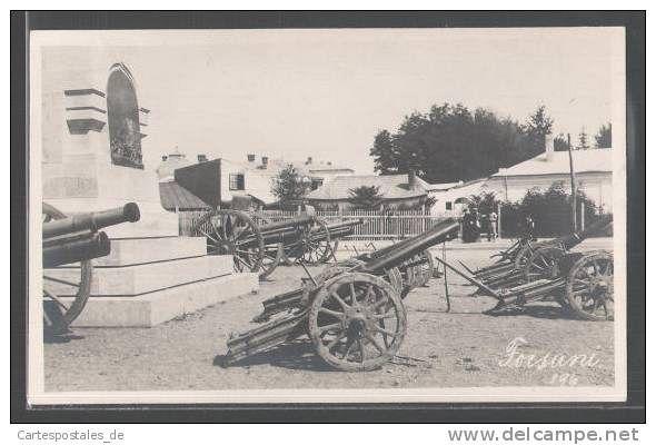 Focșani vechi.Palatul de justiție-statuia Indepedenței cu tunuri.Foto:Colectia PETRU MINCU