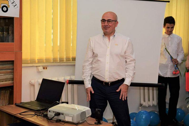 Tiberiu Oprea  , profesor de matematică  la  la Colegiul Național Al.I.Cuza Focșani.Opt elevi ai colegiului cărora profesorul Tiberiu Oprea le-a predat matematica au obținut media generală 10 la examenul de Evaluare Națională 2019