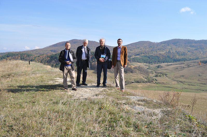 Foto2: Profesorul Șerban Dragomirescu pe Olimpul numit Soveja, cu prof. Costică Neagu de-a dreapta și Gheorghiță Geană în partea stângă