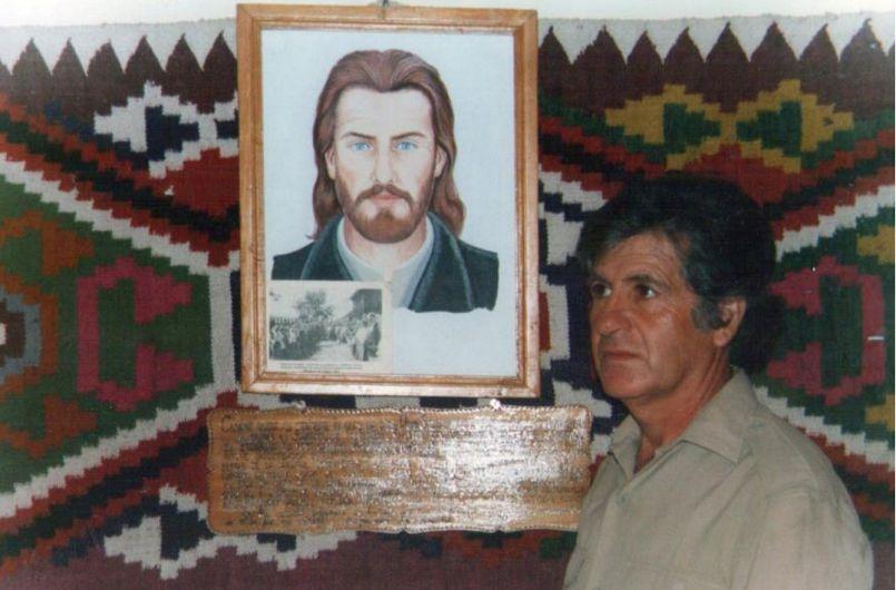 Fotografia alăturată articolului, mă reprezintă alături de portretul robot al preotului Șerban Bălan, la care am trudit cu simț de răspundere