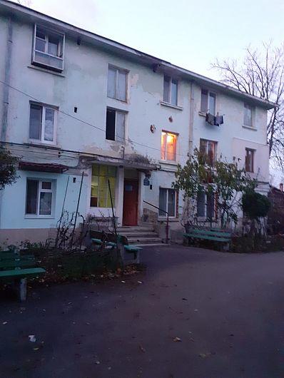 12 apartamente de pe scara 3 a blocului 24 situat pe strada B-dul Gării nr 24 Focșani, sunt lăsate fără căldură în plin anotimp rece.După ce-au transmis petiții prin care-au solicitat rezolvarea problemei lor la Enet și Primăria Focșani, locatarii celor 12 apartamente  își fac publică disperarea prin intermediul Ziarului de Vrancea(ZdV)