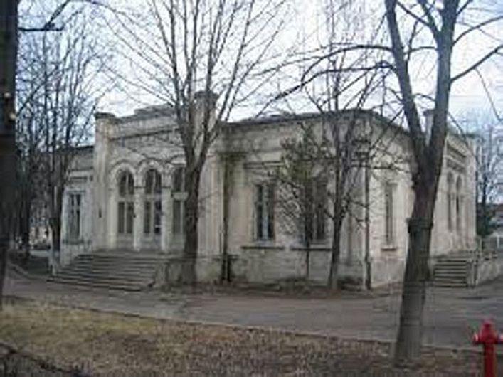 Casa Apostoleanu este un simbol al vechiului Focșani, fiind parte a istoriei acestor meleaguri. Construită de Gheorghe Apostoleanu, om politic important în județul nostru, clădirea a fost martoră la numeroase momente istorice de seamă din existența comunității. Aici, au fost cazați, la vizitele pe care le-au întreprins, la Focșani, regii Carol I și Ferdinand. Tot aici s-a semnat armistițiul dintre România și Puterile Centrale, în 1917, în timpul Marelui Război. Comuniștii au naționalizat imobilul și l-au transformat într-o secție a Spitalului Județean Focșani.