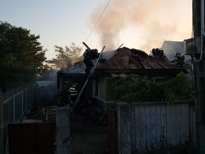 În incendiul  izbucnit joi 13 august 2020 în jurul orelor 19:00, în satul Jorăști, comuna Vânători, la o locuință au ars acoperișul locuinței pe o suprafață de cca. 120 mp și bunurile din trei camere și un hol.Foto: ISU Vrancea