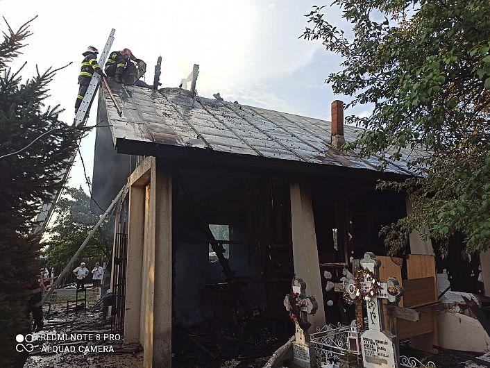 Incendiul care  a curpins biserica din Răstoaca a fost anunțat prin 112 în jurul orelor 19:00.Foto:ISU Vrancea