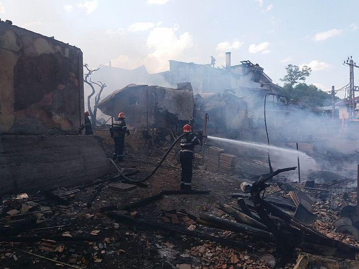 Foto: Pompierii au intervenit pentru a limita efectele