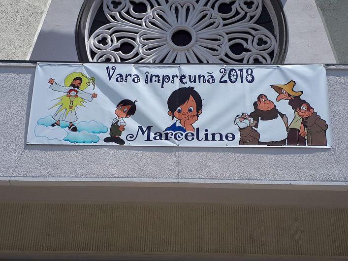 """Macheta cu mascota ediției 2018,cea de a treia, a săptămânii""""Vara împreună""""organizată la parohia romano-catolică """"Sfinţii Apostoli Petru şi Paul"""" din Focsani"""
