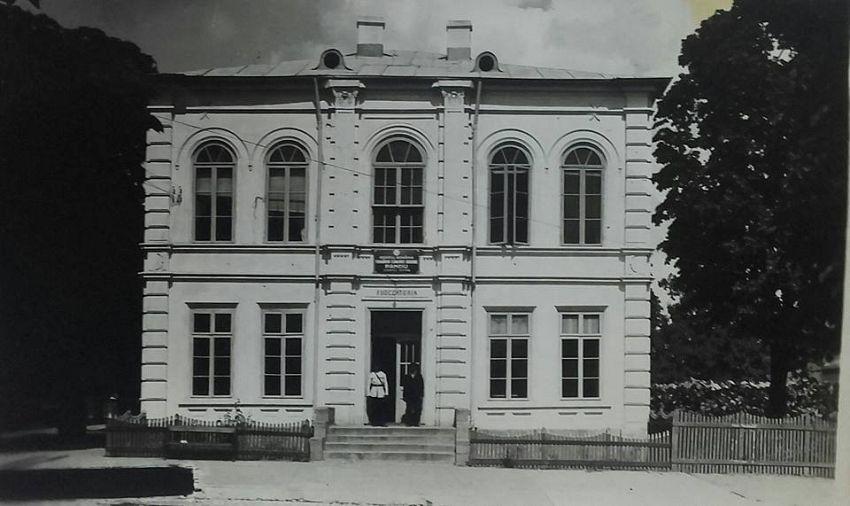 """Judecătoria, dărâmată în totalitate la cutremurul din 1940, pe locul acesteia fiind ridicat Liceul Tehnologic """"Alexandru Ioan Cuza"""