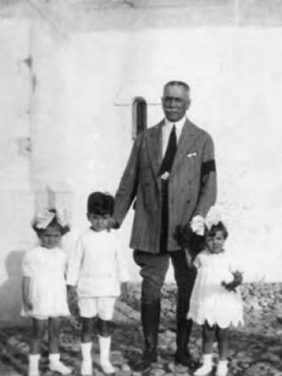 Renumitul scriitor vrâncean Duiliu Zamfirescu împreună cu cei trei copii ai săi Enricheta Eleonora Eliza Fortunata, Alexandru și Lazăr