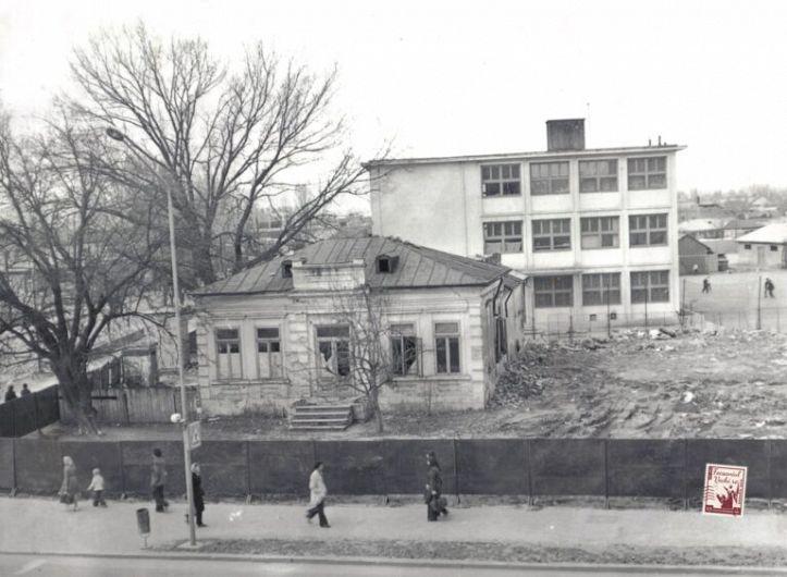 Casa din Focșani a scriitorului și diplomatului Duiliu Zamfirescu, acum dărâmată, poziționată la intersecția străzii Tinereții cu B-dul Unirii ( lângă Școala nr 10).Fotografie preluată pe pe contul de facebook:focsaniulvechi.ro