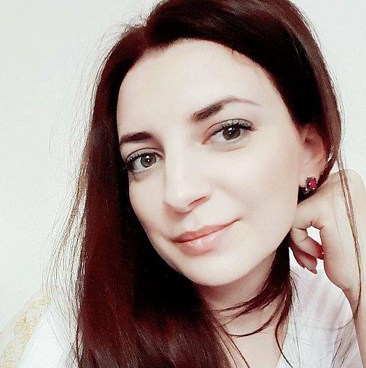 """Diana Neacșu fostă elevă a Liceului de Artă """"Gh. Tăttărescu"""" din Focșani, ajunsă apreciat profesor de canto clasic.Foto:migalo.ro"""