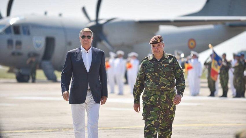 : Iohannis, mai elegant ca oricând la întâlnirea cu militarii