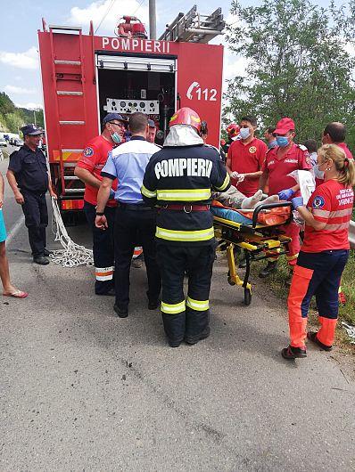 Vineri 24 iulie 2020 în jurul orei 11:30 un autocamion şi un autoturism au căzut într-o râpă la Valea Sării pe margineaDJ 205D.Foto:ISU Vrancea