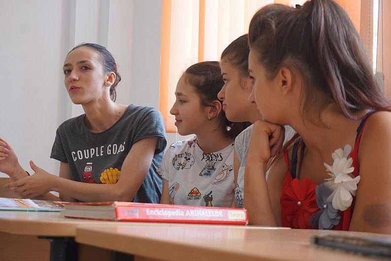 Foto Teodora Măciucă le-a vorbit copiilor din satul ei despre școală, lectură și cărți bune