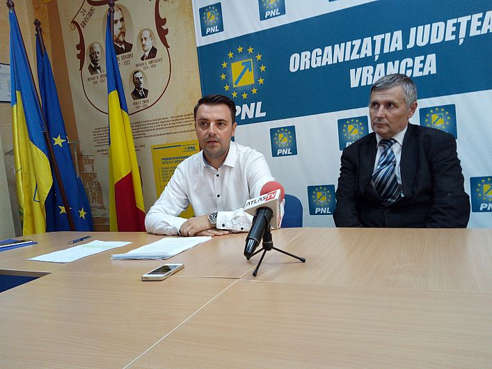 Foto  Costel Pleșa, fostul primar din Soveja și Ionul Filimon șeful organizației PNL Soveja