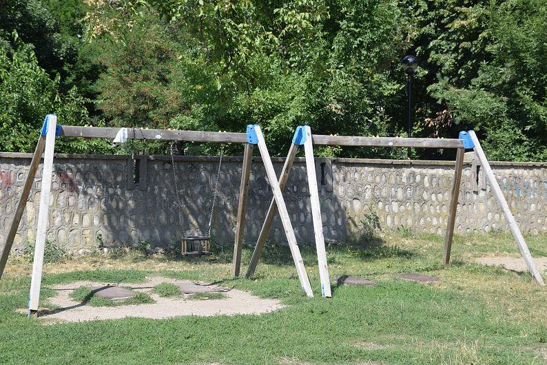 """Locul de joacă din spatele Mausoleului a fost vandalizat de """"războinici"""""""