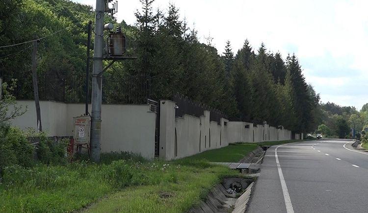 """Oamenii susțin că aerele de baron ale lui Oprișan sunt grav afectate de presupusele """"fumuri"""" degajate de producătorii de mangal"""
