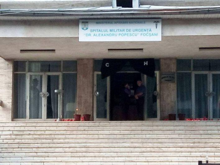 Foto: Trupul a fost depus în holul Spitalului Militar