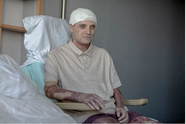 După aproape o jumătate de an în care a pășit la braț cu moartea, medicul-erou Ioan Cătălin Denciu, originar din Focșani, a revenit în România, la Piatra Neamț unde a sărbătorit Paștele alături de familie. .Foto:evz.ro