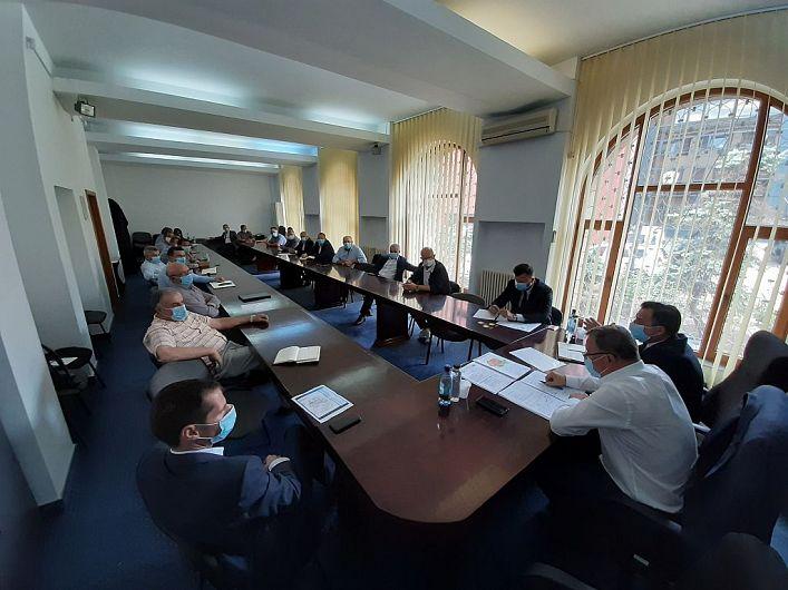 Precedenta vizită a ministrului agriculturii Adrian Nechita Oros în județul Vrancea a avut loc în luna iulie a anului trecut.Cu această ocazie ministrul agriculturii a avut un schimb de opinii cu oamenii de afaceri din domeniu din județul nostru, la Prefectura Vrancea.Aceștia s-au referit în discuții la modul de acordare a subvențiilor de la stat, dar și la promovarea și accesibilitatea pe piață a produselor românești. Intervențiile oamenilor de afaceri vrânceni, George Scutaru, Vasilică Pamfil, Maricel Lazăr, Dan Macovei și a altora au avut menirea să-l facă pe ministrul Oros să-și treacă pe agenda priorităților rezolvarea problemelor specifice cu care se confruntă nu doar agricultorii din Vrancea, ci și din toată România.