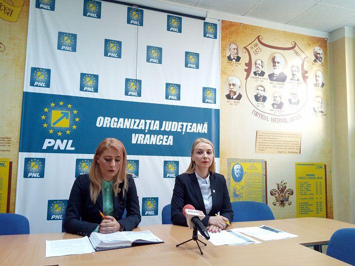 Foto  Alina Drumea (stânga) susține că noul regulament avea nevoie de mai multe voturi