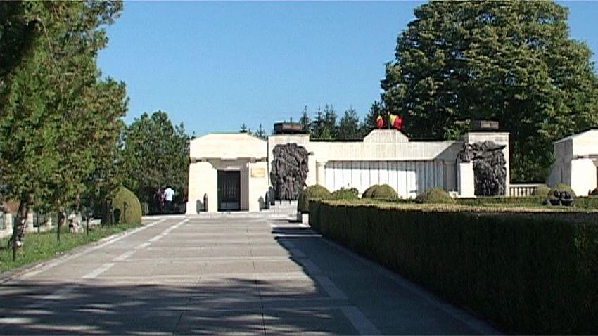 Piatra de temelie a Mausoleului, destinat celor care şi-au dat viaţa pe câmpul de bătălie, a fost pusă la 10 iunie 1928 în prezenţa Reginei Maria şi a unei impresionante asistenţe lucrările fiind încheiate în anul 1938
