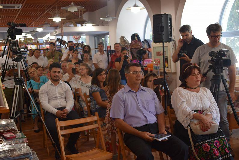 Foto: Familia, primarul comunei Vânători și prietenii autoarei au fost prezenți la lansarea cărții. În galeria foto sunt postate mai jos 11 fotografii. Pentru a viziona toate fotografiile din galerie dați clik pe poza principală și apoi folosiți săgețile laterale