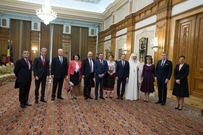 Foto: Patriarhul Daniel în mijlocul delegaţiei parlamentului Republicii Moldova. În partea stângă a imaginii, dr. Mihai Gribincea, ambasadorul Republicii Moldova la Bucureşti (Foto preluată de la pagina Fb Mihai Gribincea)