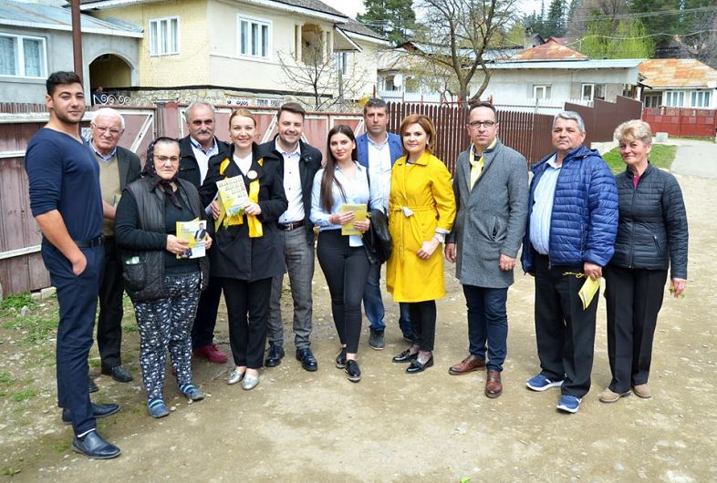 Foto 1:Candidatul PNL la europarlamentare, Ana-Maria Dimitriu, alături de colegii liberali la Soveja