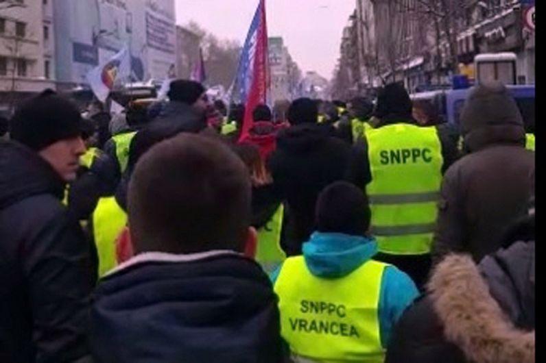 Foto: Circa 200 de polițiști vrânceni au participat la protestul organizat în fața sediului MAI