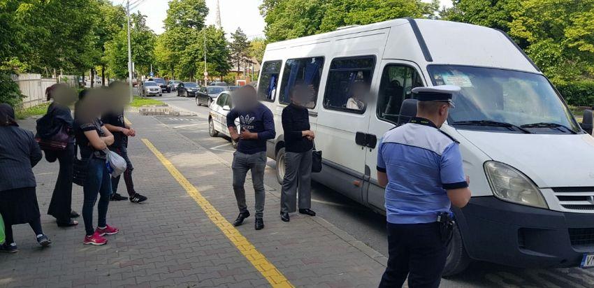 Pe Bulevardul  București, din Focșani, șoferul unui microbuz transporta 6 persoane în plus față de numărul de locuri