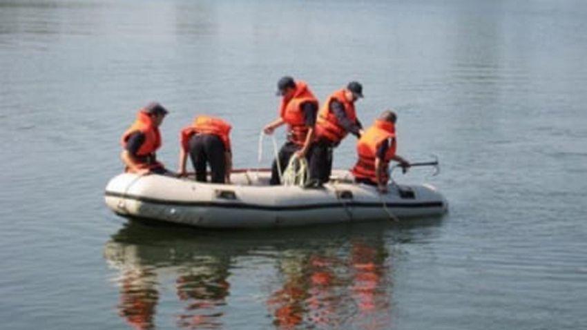 Duminică 9 august 2020 după-amiază, două echipaje cu două autospeciale și o barcă pneumatică din cadrul Detașamentului de Pompieri Focșani intervin în localitatea Boțârlău, pentru căutarea unui copil, posibil înecat în râul Putna.Foto:arhiva ZdV.Credit foto:ziare.com