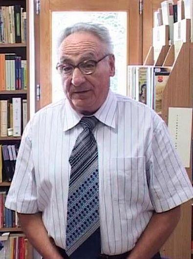 Poetul vrâncean Pompiliu Crețu este de profesie medic veterinar, cercetător în ştiinţe medicale pe această temă.