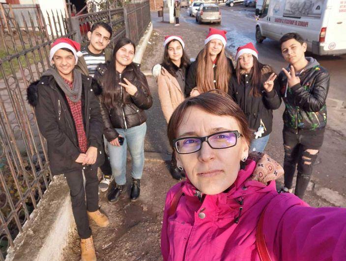 """Mereu le-am spus și le spun în continuare elevilor mei: """"Franceza este o limbă grea, dar eu o să v-o fac ușoară!"""" a mărturisit profesoara de francează de la Școala Gimnazială """"Ecaterina Teodoroiu"""" din Mărășești, Oana-Cristina Dima, într-un articol al jurnalistei Ramona Sandrina, originară din Adjud publicat pe site-ul elitaromaniei.ro.Foto:elitaromaniei.ro"""
