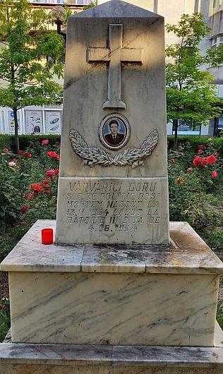 """Monumenul  ridicat în fața fostului magazin """"Favior"""" din centrul orașului Focșani, în memoria eroului sublocotenent post-mortem vrâncean Doru Vărvărici , ucis la datorie în acest loc în urmă cu 27 de ani, de un individ deosebit de agresiv, cu mintea rătăcită"""