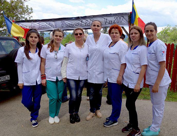 Voluntari de la școala sanitară la hora de la Fundătura