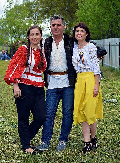 Silvia Vrînceanu jurnalistul    Cristi Merchea și blogherița Ana Maria Ionescu la hora de la Fundătura
