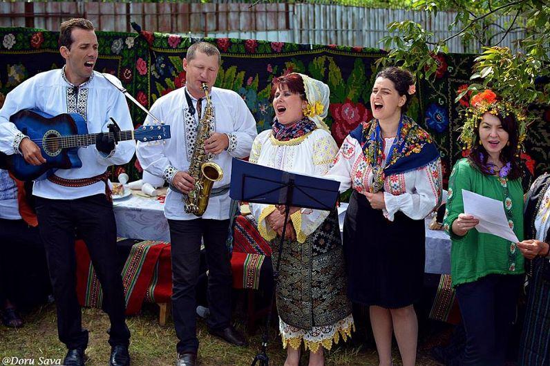 """Grupul vocal """"Acord"""" și Ionica Stan cântând la Hora de la Fundătura"""