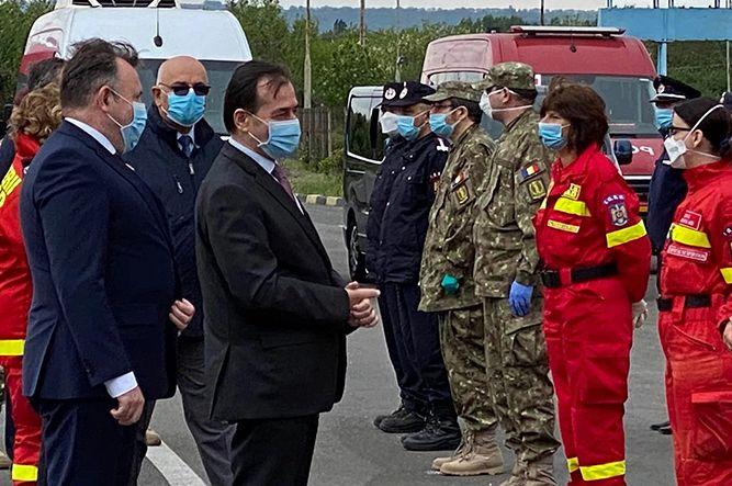 În drumul de întoarcere spre București, primul ministru al României, Ludovic Orban, s-a oprit sâmbătă 16 mai 2020 într-o scurtă vizită la Prefectura Vrancea.Premierul Ludovic Orban s-a aflat, sâmbătă, 16 mai 2020, la Vama Albiţa, unde a revenit în ţară echipa de cadre medicale care s-a aflat în Republica Moldova pentru a ajuta în lupta cu coronavirusul.Foto:Stirea de Iasi