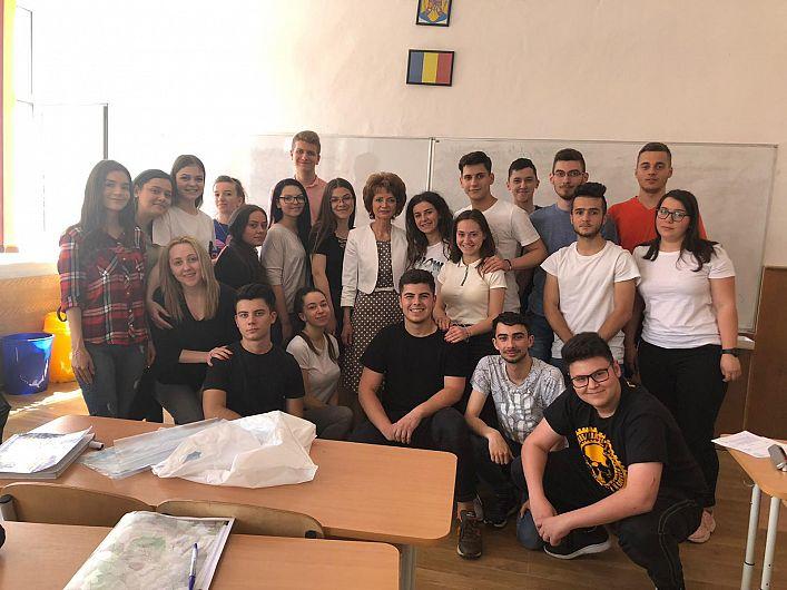"""La promoția de anul acesta profesoara de matematică  Aurora Cojocariu de la Colegiul Economic """"Mihail Kogălniceanu"""" Focșani,are 18 premianți în clasa de a XII-a,la care este dirigintă"""