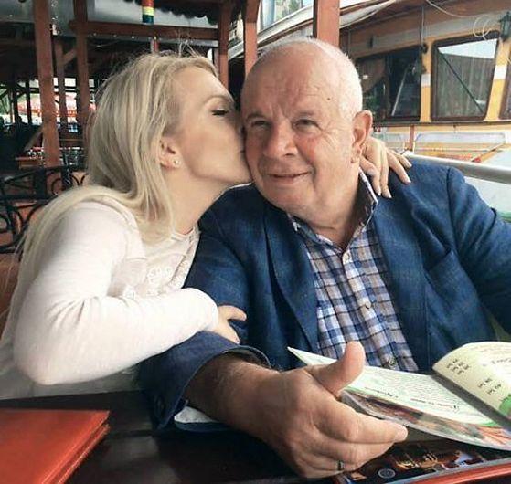 Cunoscutul medic ieşean profesorul Marin Burlea,împreună cu fiica sa medicul Ana Maria Ciubara.Fotografie preluată de pe site-ul:ziaruldeiasi.ro