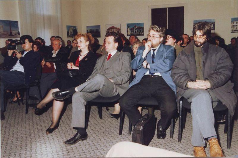 """Actualul premier al României,Ludovic Orban, alături de profesorul vrâncean  Florinel Agafiţei, la lansarea volumului """"Baronul"""", în anul 2004.Foto:contul de facebook Agafitei Florinel"""