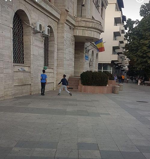"""Pentru că nu au unde să se joace, tinerii bat mingea sub geamul primarului, în semn de """"protest"""""""