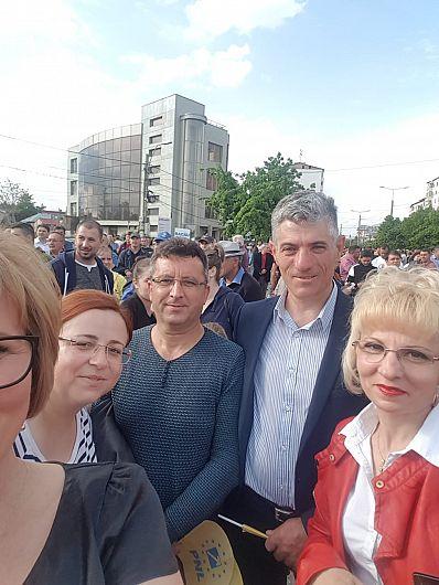 FOTO: Costel Tuvenia, alături de alți liberali vrânceni, la mitingul din 5 mai de la Focșani